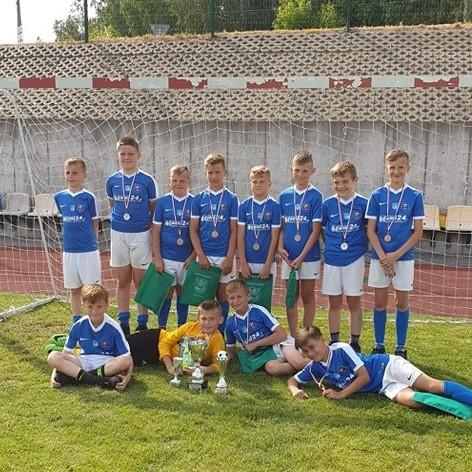 4df54583c W niedzielę (19.06) rano zespół orlików Młodych Orłów Nadnarwianki Pułtusk  (rocznik 2008/09) udał się do Wąsewa na turniej organizowany przez FDP  Ostrów ...